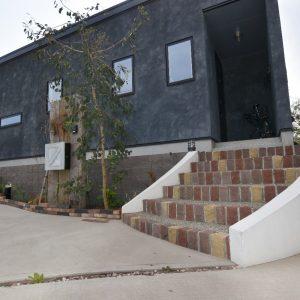 レンガの玄関階段