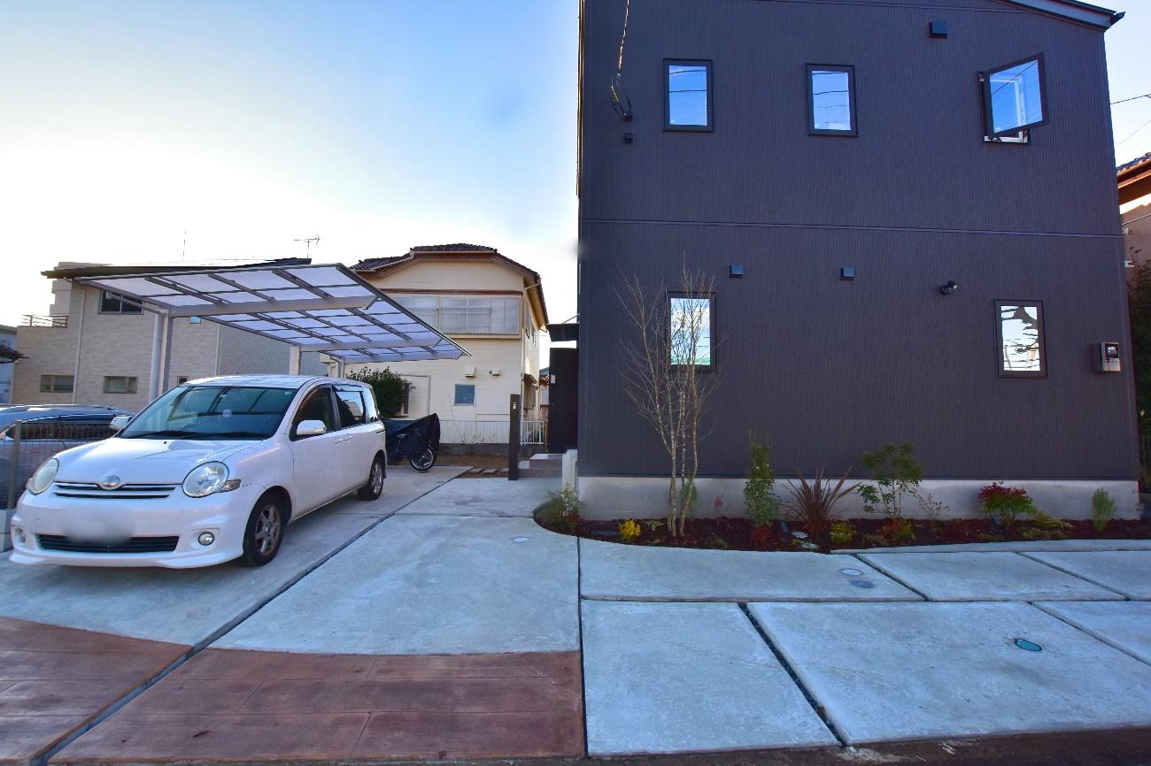 枕木スタンプが目を惹く駐車場
